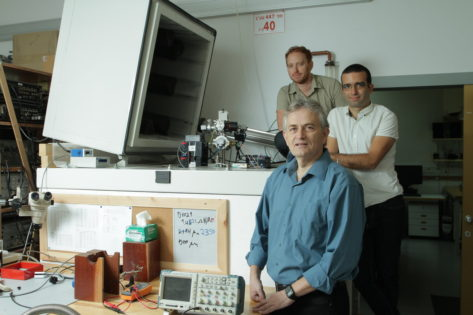 Front to back: Prof. Eli Zeldov from the Weizmann Institute of Science, Dr. Yonathan Anahory from the Hebrew University of Jerusalem, and Dr. Lior Embon from the Weizmann Institute of Science. (Photo credit: Weizmann Institute of Science)