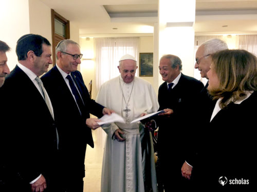 Pope Francis receives the agreement signed between the Hebrew University of Jerusalem and Scholas. Pictured to his left: President of the Hebrew University of Jerusalem, Professor Menahem Ben-Sasson.